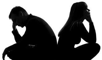 мужчина и женщина сидят спиной