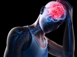 у человека сильно болит голова