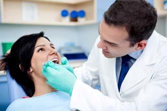 врач лечит уплотнение на губе