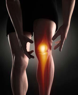 спортсмен держится за больное колено