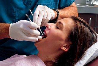 процесс удаления кистозной опухоли во рту