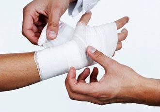врач перевязывает руку