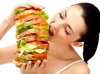женщина много ест