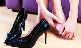 девушка держится за ноги